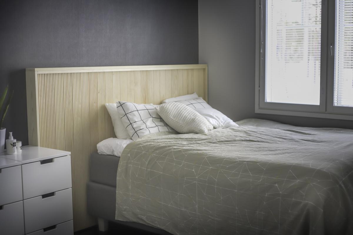 Makuuhuoneen muutos: Uusi sängynpääty sormipaneelista (DIY)